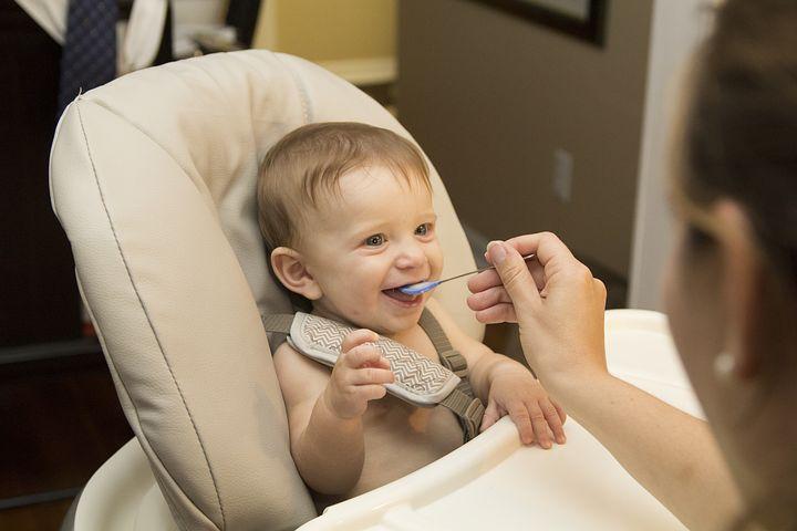 alimentation donner à un bébé